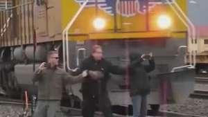Homem não percebe aproximação de trem e escapa por um triz Video: