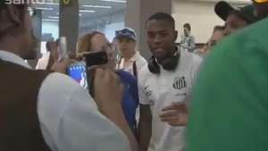 Santos chega a Belo Horizonte e recebe carinho do torcedor Video: