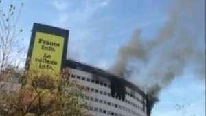 Câmeras flagram incêndio em sede de rádio na França Video: