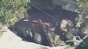 Chão se abre e engole carro em casa na Flórida Video: