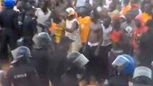 Invasão de torcedores em campo na África termina em briga Video: