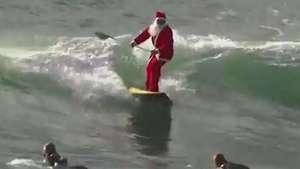 Noel surfista desafia as ondas no mar da Itália Video: