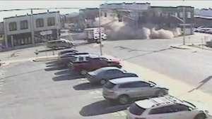 Carro em fuga bate em prédio que desaba; veja o flagrante Video: