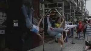 Dançarinos de pole dance treinam em rua de Buenos Aires Video: