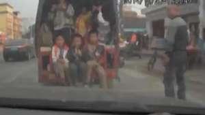 Polícia para caminhão com crianças amontoadas na China Video: