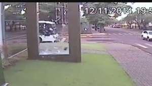 Homem dá de cara em vidro ao andar pela rua Video: