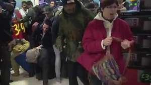 Black Friday: consumidores quase são pisoteados na Inglaterra Video:
