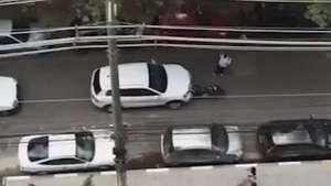 SP: carro avança sobre moto, fica preso e depois foge Video: