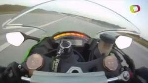 Motociclista acelera e chega a 300 km/h em segundos Video: