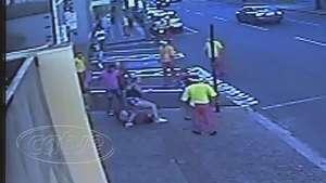 Câmeras flagram homem sendo agredido por várias pessoas no centro Video: