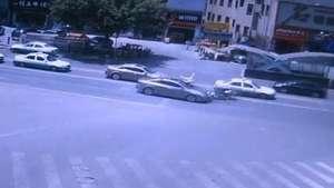 Motociclista chinês quase voa após ser atingido por carro Video: