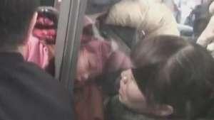 Menina fica presa em porta giratória na China Video: