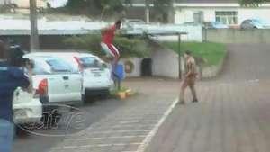 Suspeito tenta fugir dos policiais dentro da delegacia em Cascavel Video: