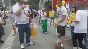 """Grupo faz 'faxinaço' na Petrobras e chama Lula de """"mão suja"""" Video:"""