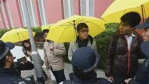 Manifestantes protestam e abrem guarda-chuvas em Macau Video: