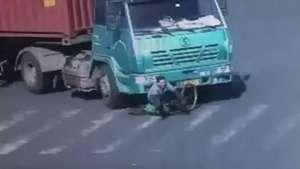 Ciclista sobrevive a atropelamento por carreta na China Video: