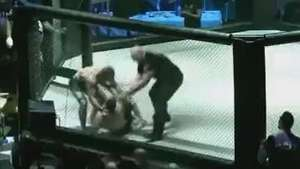 Lutador de MMA socorre rival após aplicar guilhotina Video: