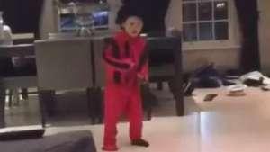 À la Michael Jackson! Filho de Rooney dança