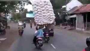 Adivinha o que acontece com esse caminhão sobrecarregado Video: