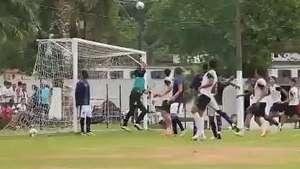 Pintura! Elano marca golaço olímpico em treino do Santos Video: