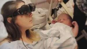 Deficiente visual vê filho pela 1ª vez com óculos especiais Video:
