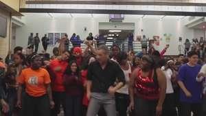 Professor convida quase toda escola para dançar Uptown Funk Video: