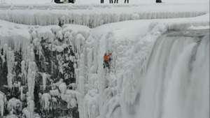 Alpinista escala gelo até topo das Cataratas do Niágara Video:
