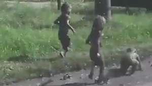 E agora? Crianças surpreendem mulher após um mergulho na lama Video: