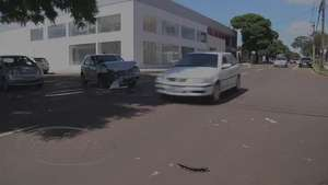 Veículo tomba após batida no centro Video: