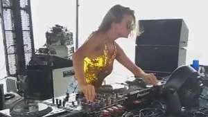 DJ cunhada de Ivete se apresenta em 'pool party' em Salvador Video: