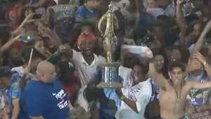 Com troféu, Neguinho comemora título na quadra da Beija-Flor Video: