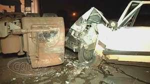 Ocupantes de Passat ficam feridos após bater em caminhão estacionado Video: