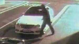 Bem feito! Tijolo atirado em carro volta na cara do ladrão Video:
