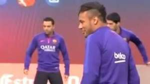 Cadê a bola? Neymar fica perdido em bobinho no Barcelona Video: