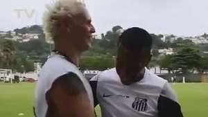 Santos: Supla faz visita, dá CDs e afina amizade com Robinho Video: