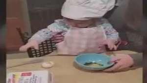 Quer aprender a quebrar um ovo? Menina de 1 ano ensina Video: