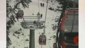 Turistas são resgatados de teleférico em estação de esqui Video: