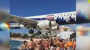 Banhistas filmam avião que passa a metros sobre praia cheia Video: