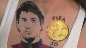 Fanatismo! Modelo russa leva Messi no peito em homenagem Video: