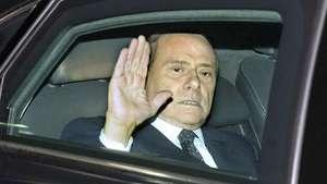Noviembre: Berlusconi renuncia como primer ministro de Italia Video: