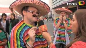 Deportadas talk with England fans: ¡I'm Mexican, I´m not British! Video: Terra USA