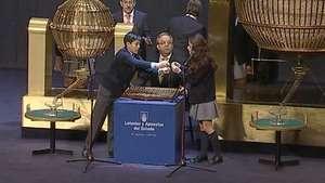 Comienza, por primera vez en el Teatro Real, el sorteo de Navidad Video: