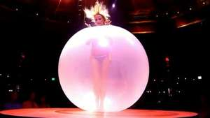 Curioso baile sensual dentro de un globo Video: