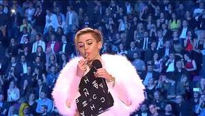 Miley Cyrus fuma marihuana al recibir premio de MTV Video: