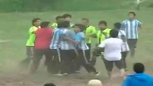 Batalla campal y disparos en partido de fútbol amateur Video:
