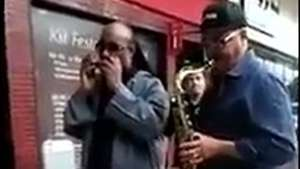 Stevie Wonder toca con un músico callejero en Brasil Video: