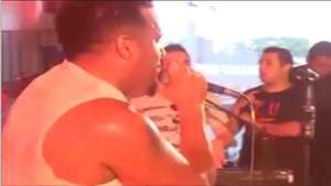 Un cantante se electrocuta en pleno concierto Video: