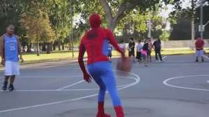 Spiderman da cátedra de basquetbol a la gente Video: