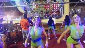 Bailarinas de trío eléctrico seducen en Salvador Video: