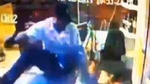 Cámara de seguridad capta violento ataque con machetes en bar Video: